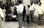 1975년 수원 남창국민학교 고아원을 방문하여 위문품을 전달하는 모습
