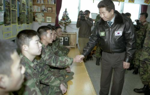 노무현 대통령 연말 국군부대 방문, 장병과 오찬  #277171