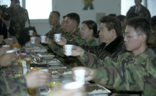 노무현 대통령 연말 국군부대 방문, 장병과 오찬  #277172